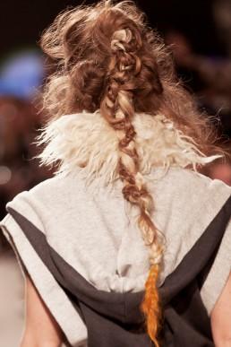Model wearing a full janboelo outfit in ready to wear mixed with custom made in leather, wool, silk and viscose by dutch fashion designer Jan Boelo. Model draagt een janboelo outfit gemaakt van leer, wol, zijde en viscose gemaakt door Nederlandse Groninger mode ontwerper Jan Boelo.